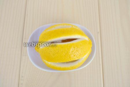 Лимон надрезать ножом вдоль, так он лучше будет отдавать аромат. Дополнительно лимон не позволит курице болтаться на вертеле.