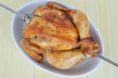 Готовую курицу сбрызнуть соком половины лимона и подавать. Лимон, находящийся в курице выбросить.