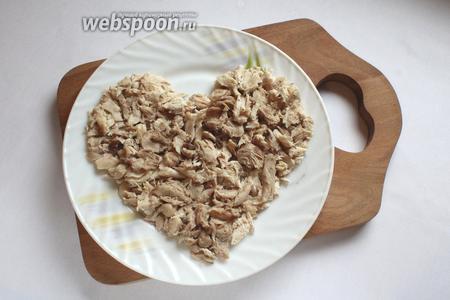 Отварить куриное филе, яйца, свёклу до готовности. Первый слой салата — мясо курицы. Нарезать и уложить в форме сердца.