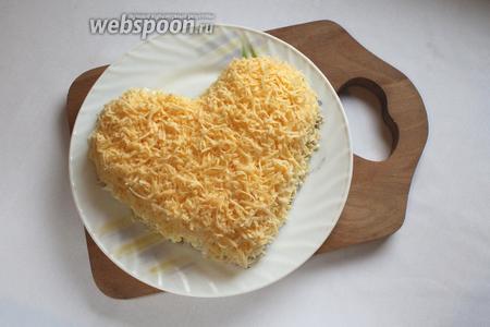 Четвертый слой — сыр, натёртый на средней тёрке. Смазать майонезом.