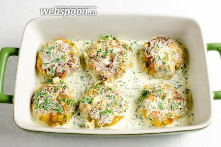 Котлеты выложить в форму для запекания. Залить соусом. Поставить в разогретую духовку. Запекать в течение 15 минут при температуре 180 °C.