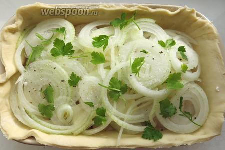 Последний слой — лук и зелень, еще раз солим и перчим.