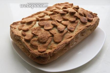 Готовый пирог можно накрыть салфеткой для мягкости. Пирог получается очень сочный, при разрезании горячим вытекает сок. Традиционно рыбные пироги подают горячими, мне больше нравятся холодные.