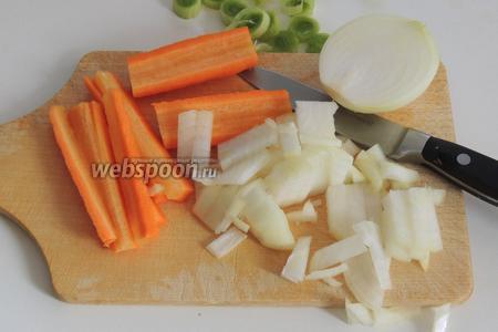Очистим и нарежем морковь и лук.