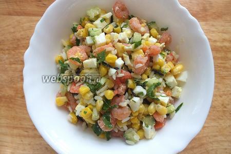 Смешайте креветки, рис, огурцы, кукурузу, яйца и мелко нарезанную петрушку. Посолите по вкусу.