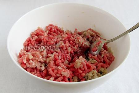 Приготовить фарш. Для этого мясо пропустить через мясорубку вместе с луком. Добавить соль, перец и рубленную зелень. Желательно мясо использовать не слишком постное.