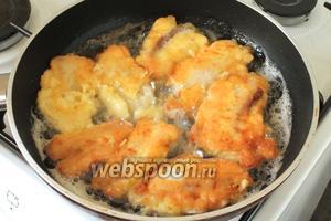 Жарить рыбу нужно с каждой стороны по 5-7 минут, на среднем огне,  не накрывая крышкой, чтобы сырная корочка была хрустящей. Переворачивать осторожно, чтобы не обвалился кляр.