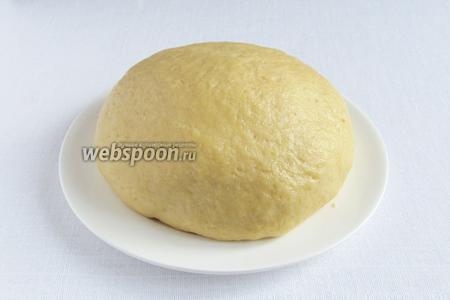 Замесить гладкое песочно-дрожжевое тесто. Оно должно полностью отставать от рук. Накрыть его полотенцем и поставить в тёплое место на 1 час. Тесто сильно не поднимется, но станет рыхлым.