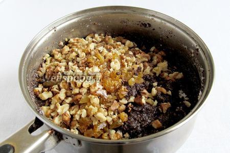 Затем добавить изюм и орехи, перемешать. Начинка готова.