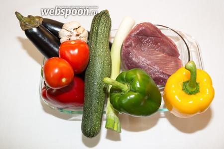 Приготовим продукты: мясо страуса, баклажаны, кабачок, перцы, лук порей, помидоры, фенхель.
