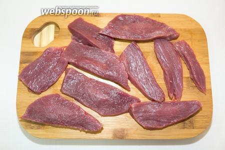 Мясо нарежем большими кусками.