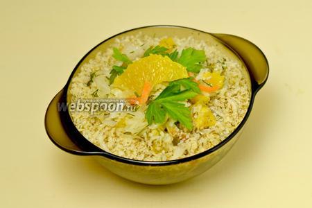 Заправляем соусом капусту, перед подачей по краю делаем кольцо из натёртых на тёрке грецких орехов. Украсить можно долькой апельсина и листиками петрушки.