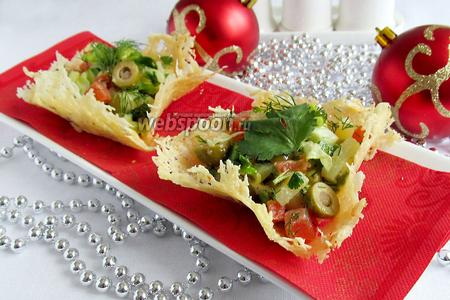 Салат в сырных корзинках