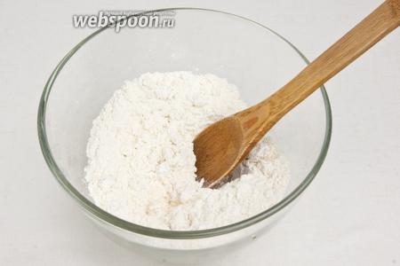 Готовим тесто: смешать в миске 4 стакана муки и соль, затем постепенно влить тёплую воду.