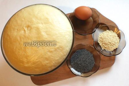 Для приготовления рогаликов понадобятся  дрожжевое тесто на кефире , желток яйца, мак и кунжут для посыпки.
