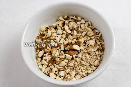 Приготовить начинку. Орехи промыть под проточной водой. Обжарить на сковороде или в духовке. Нарубить крупно в режиме «пульсант».