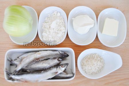 Для приготовления пирога потребуется: масло, сметана, мука, рис, мойва, соль, перец, лавровый лист.