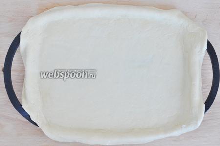 Раскатать тонко тесто и выложить в форму.