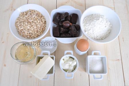 Для этого рецепта в качестве ароматизатора используйте ром или коньяк. Муки примерно уйдёт от 1,25 до 1,65 стакана ёмкостью 200 мл. Соду будем гасить уксусом. Сметану лучше брать 20% жирности.