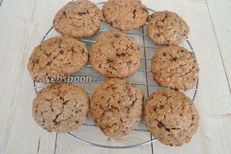 Готовое печенье остудить на решётке, подавать с любимыми напитками.