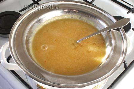 Добавить сахар, мёд и масло. Поставить на водяную баню, нагревать до тех пор, пока масса не станет однородной, периодически помешивая.