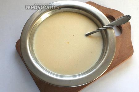 Снять миску и добавить соду, размешать. Масса станет белой и увеличится в объёме.