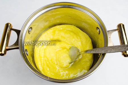 Очень осторожно влить мучную смесь в кипящую воду с маслом. Помешивая, варить до тех пор, пока масса не станет густой.