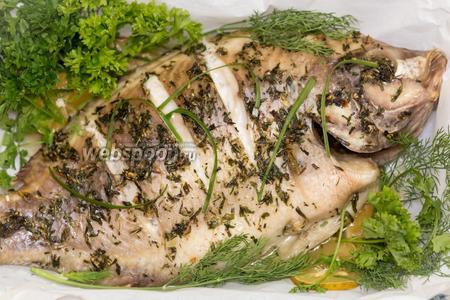 Через полчаса рыба готова. На дне образуется сок. Сразу выложить зелень: кинзу, укроп, петрушка. Накроем рыбу пергаментом. Дадим постоять минут 5.  Рыба получается очень ароматная! Подойдёт как самостоятельное блюдо, так и гарниром к рису, овощам. Приятного аппетита!