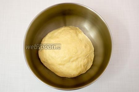Замесим мягкое тесто. Вымешиваем 5-7 минут. Миску смажем подсолнечным маслом, выложим тесто. Накроем плёнкой, поставим в тёплое место на 1-1,5 часа.