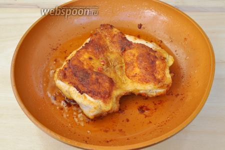 Курицу перевернуть и жарить до готовности. Во время жарки будьте осторожны, перец очень летучий и будет испаряться со сковороды, пользуйтесь вытяжкой и если надо маской.