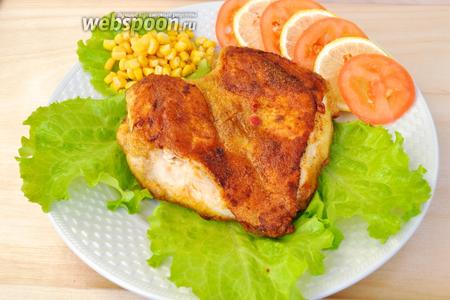 На листья салата уложим кусок курицы и сбрызнем его соком из оставшейся части лимона. Сразу подавать! И не забудьте про стакан холодной воды со льдом!