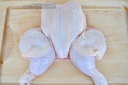 Вымоем тушку курицы, удалим спинку и крылья.