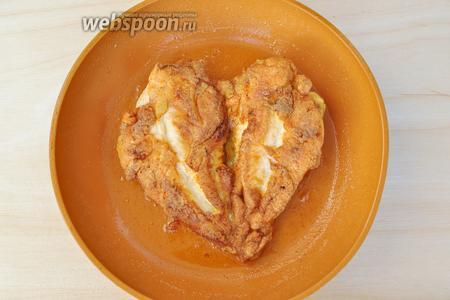 Приступим к жарке. В разогретое масло опустить курицу и жарить с каждой стороны до золотистой корочки.