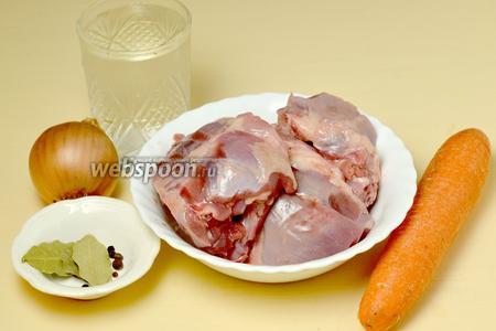 Для приготовления бульона нам понадобятся следующие ингредиенты: суповой куриный набор (у меня из петуха), вода, морковь, лук, лавровый лист, соль, перец горошком.