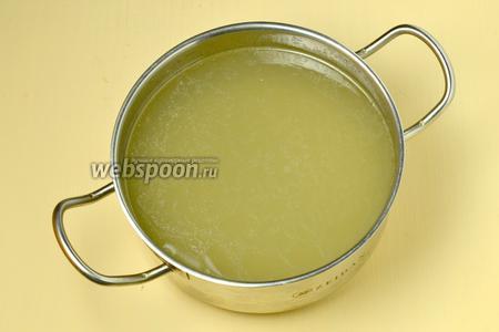 Бульон процеживаем. Теперь  его можно подать отдельным блюдом или сварить на его основе суп. Также можно заморозить и использовать для приготовления блюд по мере надобности.