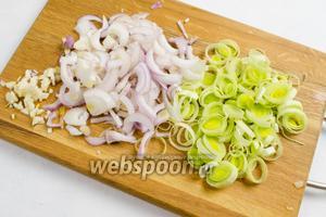 Тем временем подготовить лук и чеснок. Сладкий лук и лук-порей нарезать тонко, чеснок мелко нарубить.