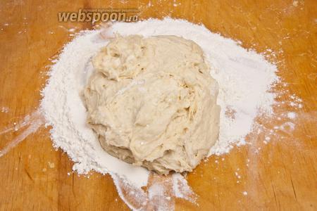 Добавить в тесто 0,5 стакана муки, соль, соду, разрыхлитель. Замесить упругое тесто, добавляя чуть больше муки при необходимости.