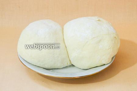 Отдохнувшее тесто делим на большую и меньшую части.