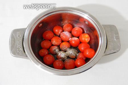 Помидоры отделим от веточек и сполоснём под проточной водой. В небольшую кастрюлю добавим к ним бальзамический уксус, сахар, соль, чёрный перец молотый, оливковое масло. Оставим на 20 минут.