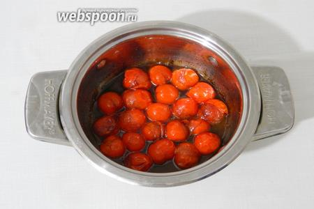 Затем кастрюлю с помидорами поставить на средний огонь и готовить минут 10. Кожица на помидорах должна лопнуть, но сами помидоры должны сохранять форму.