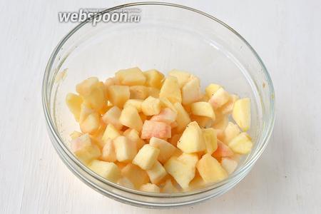 Яблоки очистить, нарезать кубиками и сбрызнуть лимонным соком.