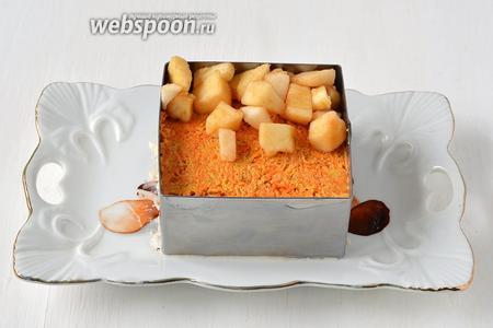 Сверху — морковную смесь. На морковную смесь — подготовленные яблоки.