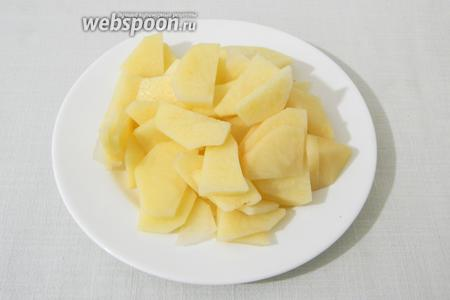 Чистим картофель и измельчаем.