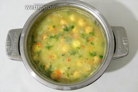 Когда картофель станет мягким, добавляем лук и морковь, пробуем на соль, перчим. Варим ещё 10 минут. Добавляем зелень, сливочное масло, даём закипеть и снимаем с огня.