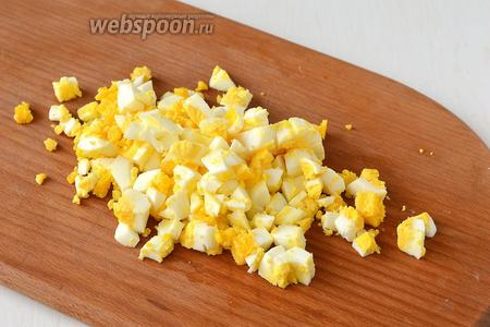 Яйца отварить и порезать кубиком.