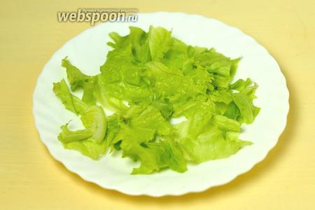 Салат будем готовить сразу порционно. Сначала рвём на тарелки листья салата.