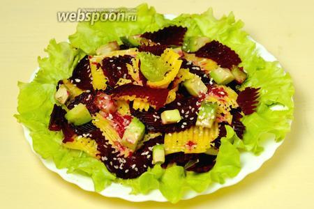 Разбрасываем по свёкле с сыром кубики авокадо, сбрызгиваем салат соусом, не перемешиваем, посыпаем кунжутными семечками и сразу подаём к столу.