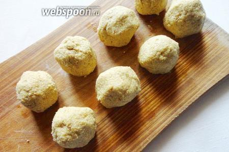 Когда кукурузное тесто остынет, делим массу на небольшие равные части.