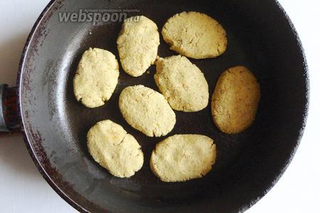 Придаём лепёшкам немного продолговатую форму и обжариваем с двух сторон в небольшом количестве оливкового масла.