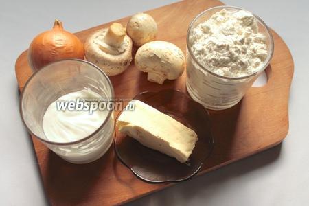 Для приготовления галушек с грибами понадобятся сметана, вода, масло растительное, соль по вкусу, сода, мука, шампиньоны, лук, соль и сливочное масло.